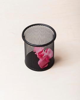 Duży kąt różowych naklejek w koszyku