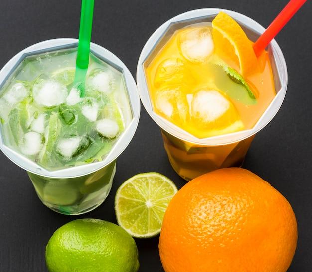 Duży kąt soku owocowego w kubkach ze słomkami