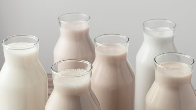 Duży kąt ustawienia butelek z różnymi rodzajami mleka