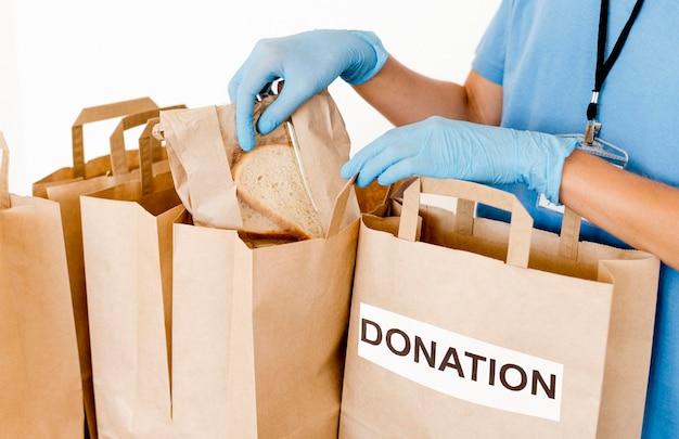 Duży kąt worków na datki w przygotowaniu na cele charytatywne