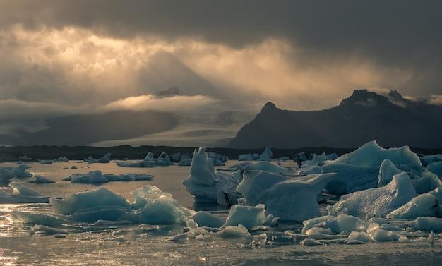 Duży kawałek lodu na zamarzniętym jeziorze w jokursarlon