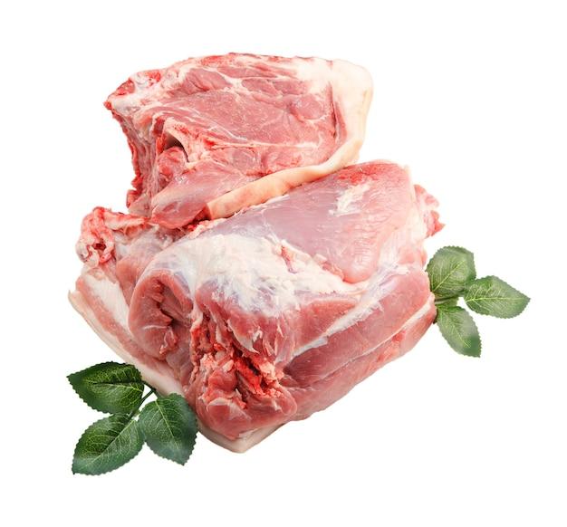 Duży kawałek świeżego mięsa wieprzowego. piknikowa część tyłek na ramię. odosobniony.
