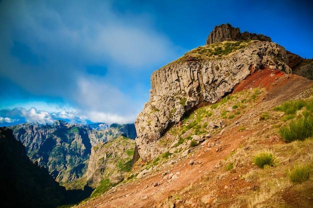 Duży klif przy pico do arieiro na maderze