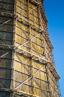 Duży komin fabryczny z łupka