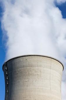 Duży komin z dymem