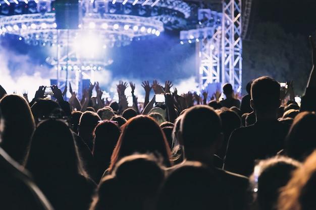 Duży koncertowy tłum bawiący się przed sceną