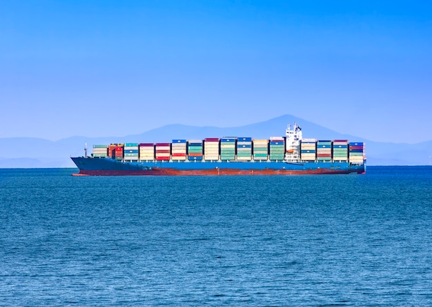Duży kontenerowiec na błękitnym morzu