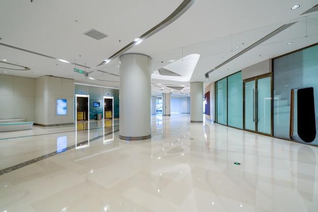 Duży korytarz hali handlowej