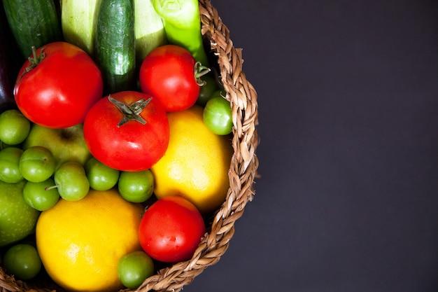 Duży kosz z różnymi świeżymi surowymi warzywami rolnymi