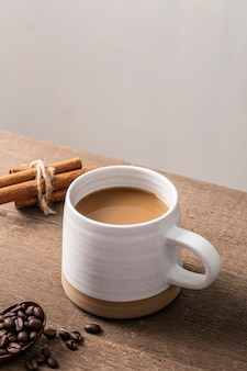 Duży kubek kawy z laskami cynamonu