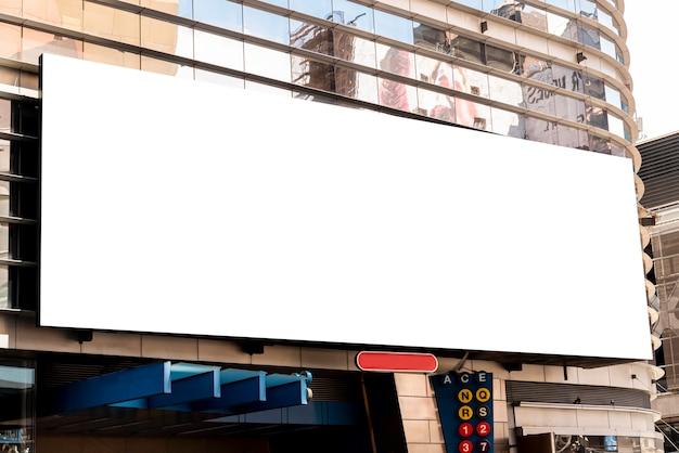 Duży makiety billboard na budynku miasta