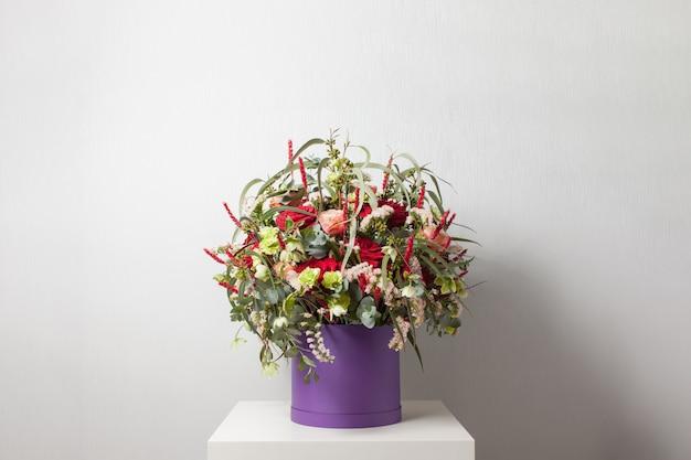 Duży mieszany bukiet różnych kwiatów w pudełku na kapelusze