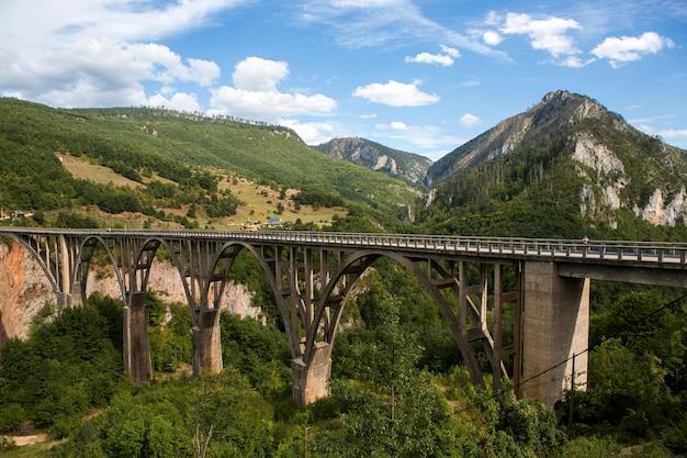 Duży most w czarnogórze przez rzekę jesienią