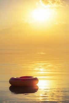 Duży nadmuchiwany pączek na wodzie o zachodzie słońca
