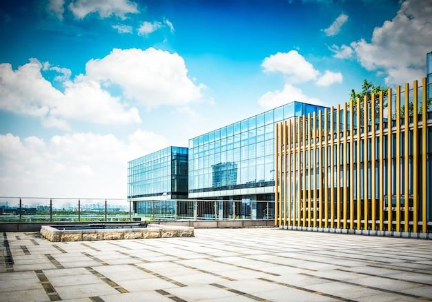 Duży nowoczesny biurowiec