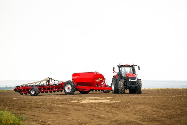 Duży nowoczesny ciągnik do przygotowania pola po zimie do siewu zboża. maszyny rolnicze