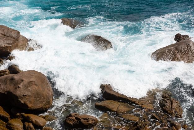 Duży oceanu pluśnięcie blisko wybrzeża z skałami