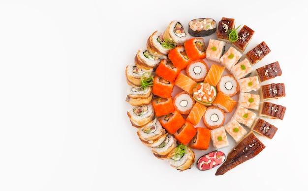 Duży okrągły zestaw do sushi z różnymi rodzajami rolek
