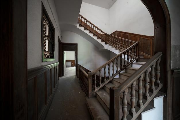 Duży opuszczony budynek z ogromnymi schodami