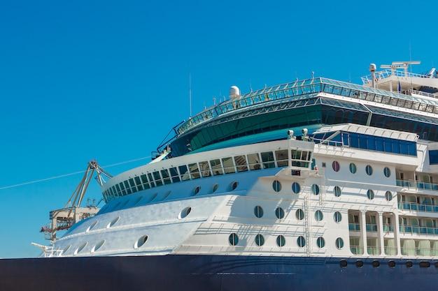 Duży pasażer zacumowany w porcie adriatyku czeka na pasażerów. istnieją cztery pomarańczowe łodzie ratunkowe za granicą statku wycieczkowego w koper w słowenii.