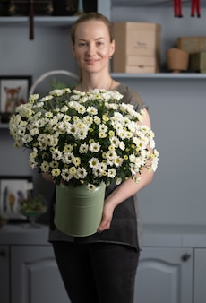 Duży piękny bukiet mieszanych kwiatów w ręce kobiety. koncepcja kwiatowy sklep. przystojny świeży bukiet. dostawa kwiatów.