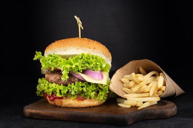 Duży pojedynczy cheeseburger z frytkami