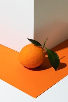 Duży pomarańczowy kąt obok rogu