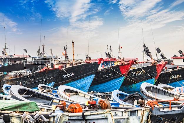 Duży port rybacki, pełen łodzi i trawlerów? azja.