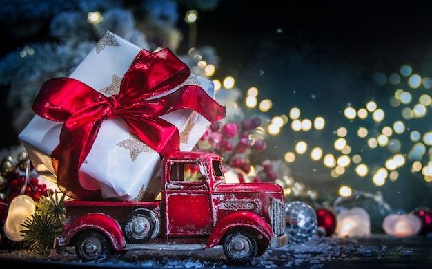 Duży prezent w zabawkowej ciężarówce