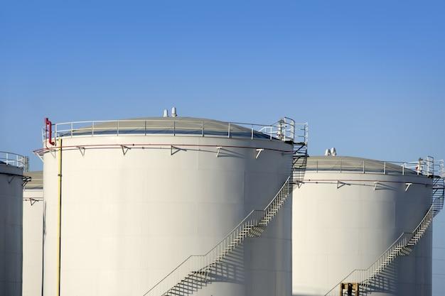 Duży przemysł chemiczny do produkcji pojemników na benzynę