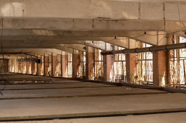 Duży pusty pokój. betonowy budynek. jasna przestrzeń.