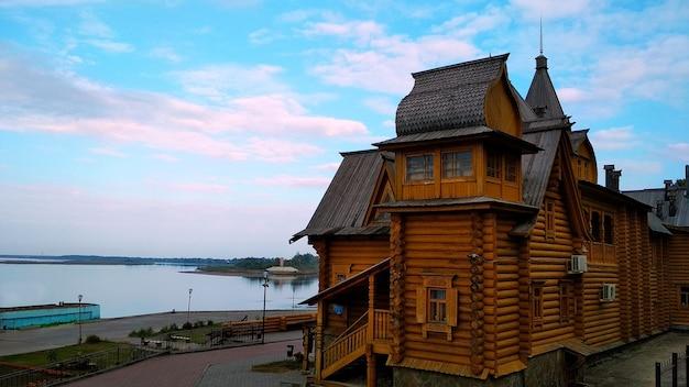 Duży rój drewniany dom nad brzegiem rzeki