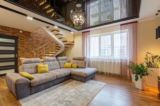Duży salon, w nowoczesnym luksusowym stylu, z dużymi oknami i innymi meblami