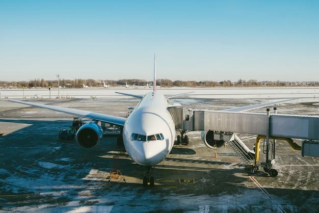 Duży samolot na międzynarodowym lotnisku czeka na pasażerów