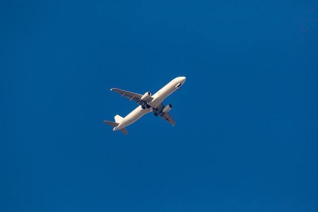 Duży samolot pasażerski lecący po błękitnym niebie