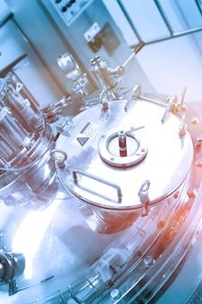 Duży stalowy zbiornik ciśnieniowy