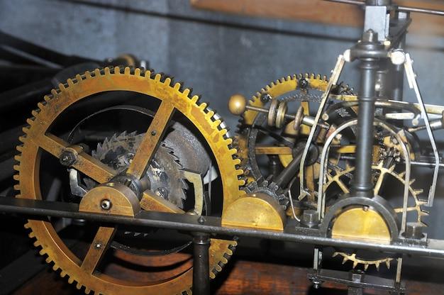 Duży stary mechanizm zegarowy.