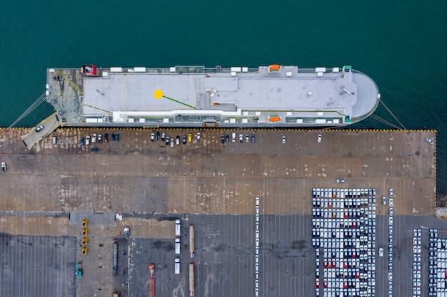 Duży statek do załadunku nowych samochodów z fabryk na eksport na otwartym morzu