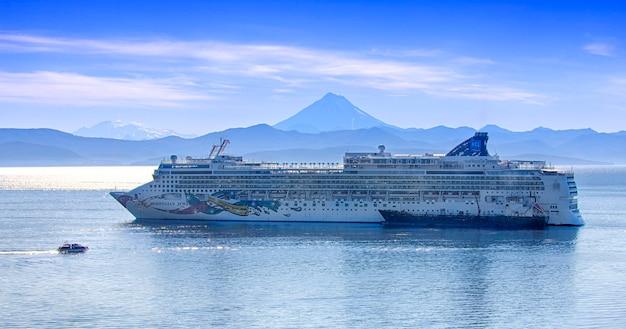 Duży statek rejsowy