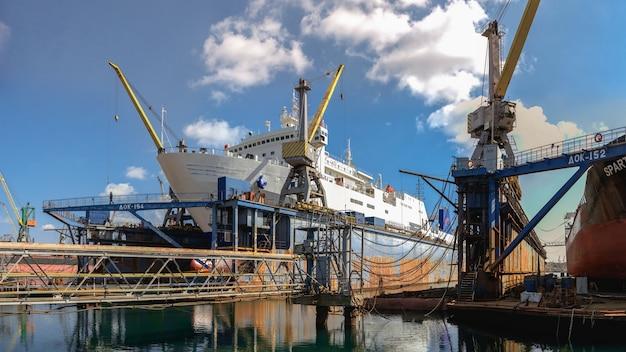 Duży statek w suchym doku stoczni czernomorsk w słoneczny dzień
