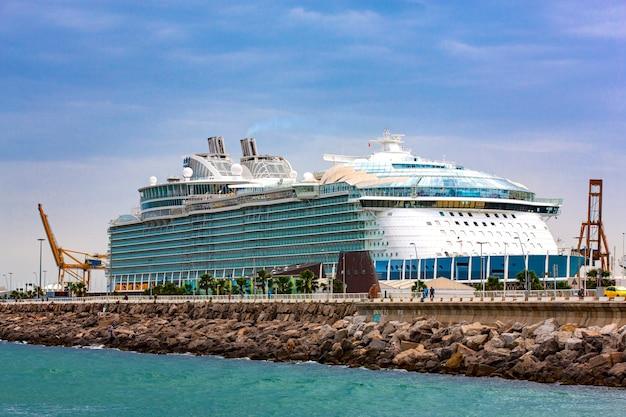 Duży statek wycieczkowy i nabrzeże na morzu śródziemnym. selektywna ostrość