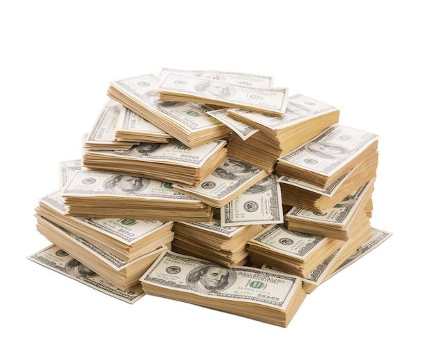 Duży stos banknotów dolarów zbliżenie na białym tle
