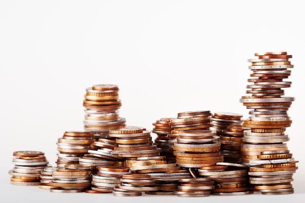 Duży stos kolumn różnych monet zwiększa bogactwo.