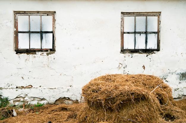 Duży stos suchy siano na gospodarstwie rolnym