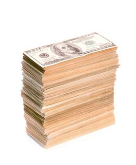 Duży stos zbliżenie banknotów dolara. na białym tle