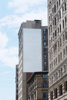 Duży szablon billboard na budynku w mieście