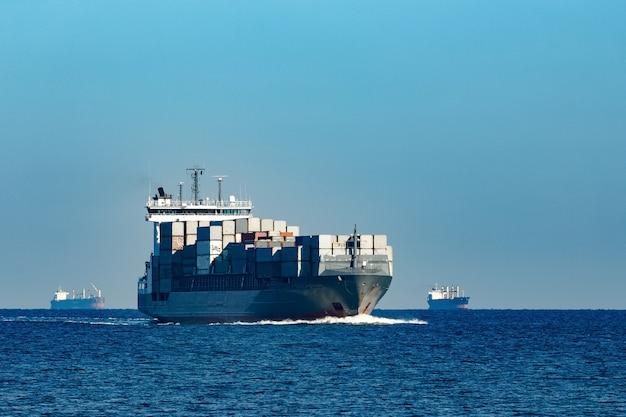 Duży szary kontenerowiec wypływający z morza bałtyckiego