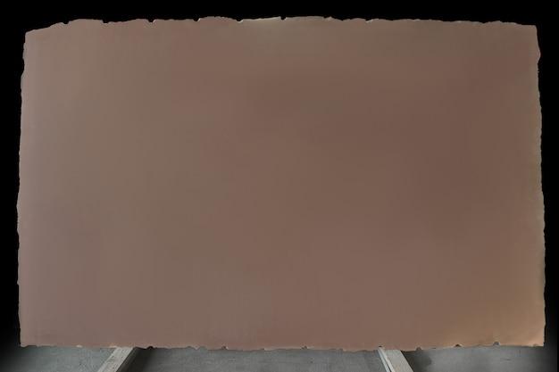 Duży talerz cacao quarzite w kolorze brązowo-beżowym bez wzoru.
