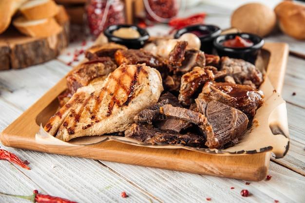 Duży talerz mięsny z kurczaka z indyka kiełbasa żeberka wołowe