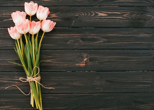 Duży tulipan kwitnie bukiet na drewnianym stole